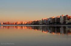Belo amanhecer na praia do morro em Guarapari,ES-Brazil.