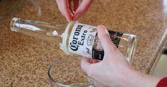 Aqui vai mais uma dica sobre artesanato reciclado para quem os adora. O tutorial de hoje ensina como fazer copos reciclados com garrafas de vidro. Já que essas garrafas recicladas sempre acabam indo para o lixo após consumirmos, por que não aproveitá-las? Use as garrafas que sobraram da &