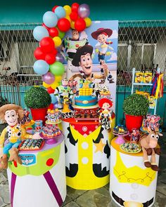A imagem pode conter: 1 pessoa Toy Story Birthday Cake, Woody Birthday, 3rd Birthday Parties, 4th Birthday, Birthday Ideas, Toy Story Baby, Toy Story Theme, Toy Story Decorations, Festa Toy Store