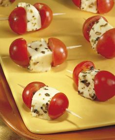 Brochettes de tomates cerises et de mozzarella Skewers of cherry tomatoes and mozzarella Healthy Pork Tenderloin Recipes, Party Food Platters, Snacks Für Party, Appetisers, Cherry Tomatoes, Quick Meals, Finger Foods, Appetizer Recipes, Food And Drink