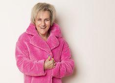 """Der Pink Muckel! Ja das ist er - mein Pink Muckel - lach! Es war ziemlich genau vor einem Jahr als ich in Sihlcity (Einkaufszentrum in Zürich für die Nicht Zürcher Leser) beim Schlendern plötzlich stehen blieb. Im Augenwinkel war da ein grell pinker Fleck gewesen, ihr kennt das bestimmt auch diese Wahrnehmung im Vorbeigehen die einen so richtig herumreisst - lach! So als ob Pink Muckel """"Halt! Hier bin ich! Dein neuer Mantel"""" gerufen hätte. Outfits Tipps, Beauty Tips, Beauty Hacks, Business Outfit, Age, Pink, Sweaters, Fashion, Shopping Mall"""