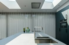 Daklichten van #vlakkelichtkoepel voor daglicht op het #aanrechtblad Bathtub, Gardens, Houses, Curtains, Shower, Architecture, Standing Bath, Homes, Rain Shower Heads