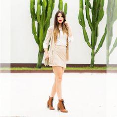 Look monocromático clarinho também fica lindo no outono/inverno com saia e colete de suede e blusa de renda. E nos pés... botinhas Tanara Brasil! #lookdodia by @produzirme #shoesfirst