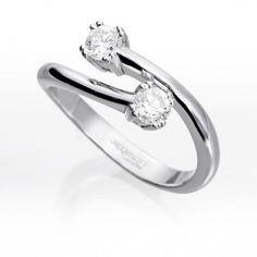 Sortija TU y YO Diamantes Sortija de oro blanco de 18 kts. montada con 2 diamantes talla brillante.