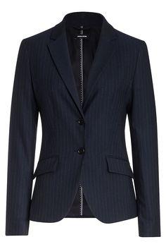 Der klassische Blazer von MORE & MORE in nachtblau mit feinem Kreidestreifen sieht perfekt als kompletter Anzug aus, kann aber auch mit Dark Denim Jeans und weißer Hemdbluse officetauglich gestylt werden. Material: 63% Polyester, 32% Viskose, 3% Elasthan. Futter: 100% Polyester...
