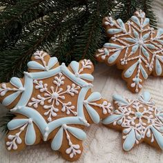 23 Clever DIY Christmas Decoration Ideas By Crafty Panda Christmas Biscuits, Christmas Sugar Cookies, Christmas Sweets, Christmas Gingerbread, Noel Christmas, Holiday Cookies, Christmas Baking, Gingerbread Cookies, Fancy Cookies