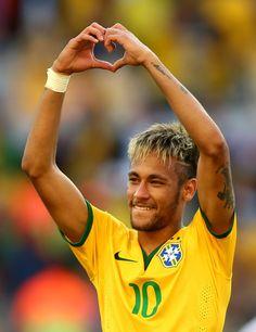 Neymar da Silva Santos Júnior The heart sign is for me Neymar Jr, Football Soccer, Football Players, Fc Barcalona, Kun Aguero, World Cup 2014, Cutest Thing Ever, Athletic Men, Uefa Champions League