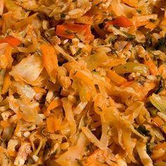 Тушеная капуста  1.  Очищенную капусту нашинковать и положить в кастрюлю, добавить масло и воду, накрыть крышкой и тушить 20 мин.  2.  Порезать и поджарить лук, добавить его к капусте, затем положить томатное пюре, уксус, сахар, приправить по вкусу и продолжать тушить.  3.  Когда капуста будет готова, добавить обжаренную в масле муку, перемешать и прокипятить.
