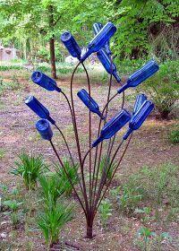glass bottles in garden yard art Blue Bottle, Bottle Art, Garden Crafts, Garden Projects, Pot And Pan Lids, Wine Bottle Trees, Trash To Treasure, Glass Garden, Bottle Garden