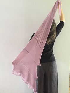 It's a modern and dynamic shawl, fun to knit. Diy Crafts Knitting, Knitted Shawls, Ravelry, Ballet Skirt, Formal Dresses, Crochet, Skirts, Modern, Scarves