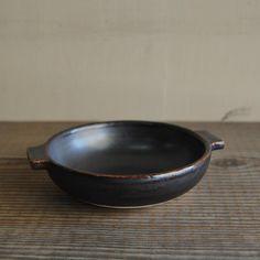 ぐつぐつ熱々でお料理を出したいときに便利!お勧めは「麻婆豆腐」「煮込みハンバーグ」「グラタン」「ドリア」「山芋鉄板」「アヒージョ」などなどφ15cm×h4.5cm料理人が納得する品質をご家庭で。優しい土味の浅鍋。有田では珍しい耐熱食器を作る Pots, Cookware, Jars, Flower Planters