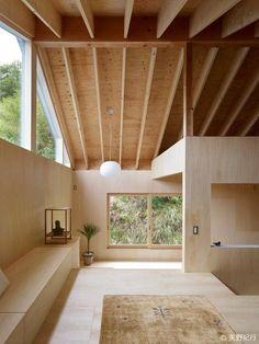 J'aime le rythme des poutres et les blocs habitationnels indépendants de la toiture