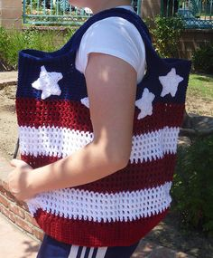 American Flag crochet bag Also could be done in other colors with other motifs. LOVE the red, white and blue tho! Crochet Tote, Crochet Handbags, Crochet Purses, Love Crochet, Bead Crochet, Learn To Crochet, Crochet Crafts, Yarn Crafts, Crochet Stitches