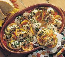 Voici une préparation très méditerranéenne de la morue. Les Grecs préparent volontiers ce poisson avec de la tomate, du poivron et du vin blanc. Mets, Mediterranean Recipes, Allrecipes, Vegetable Pizza, Chicken, Vegetables, Food, Voici, Romance