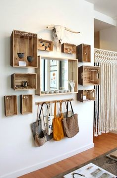 Moderne Wanddeko aus Holz im rustikalen Stil Modern wooden wall decoration in a rustic style Pin: 600 x 920 Rustic Style, Rustic Decor, Rustic Modern, Rustic Cafe, Rustic Backdrop, Rustic Restaurant, Rustic Bench, Rustic Colors, Rustic Theme