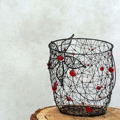 S květinou. Originální drátovaný košík..