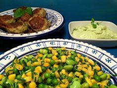 Kyllingefrikadeller med avokado/feta-creme og lun salat af grøntsager med dårligt ry