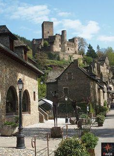 Aveyron village de belcastel - Visiter l'Aveyron   Culture et Gourmandise en Pays Rignacois Monuments, Beaux Villages, Wedding Humor, Road Trip, Architecture Art, Trek, Urban, Mansions, Landscape