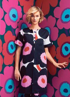 pattern on pattern - marimekko unikko poppy print 1960s Fashion, Girl Fashion, Fashion Outfits, Marimekko Dress, Fashion Prints, Fashion Design, Mode Inspiration, Colorful Fashion, Missoni
