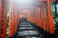 Fushimi Inari-Taisha, Kyoto, Japan: http://www.inusualia.com/fushimi-inari-shrine-10000-torii/  #Travel #Japan #Kyoto #FushimiInari #Architecture #Culture