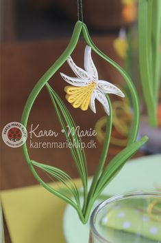 "combs Daffodils are fantastic - full of power and beauty. They are easy to make - you just need one quilling tool: The black ""Fine Comb"" - that's why they are also good for beginners. Quilling Jewelry, Arte Quilling, Paper Quilling Flowers, Paper Quilling Patterns, Origami And Quilling, Quilled Paper Art, Quilling Paper Craft, Paper Crafts, Quilled Roses"