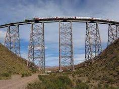 Tren a las Nubes en Ciudad de Salta, Salta El Tren a las Nubes es un servicio ferroviario turístico argentino sobre el ramal C14 del Ferrocarril General Manuel Belgrano en el tramo que une la Estación Salta con el viaducto La Polvorilla, sobre la Cordillera de los Andes, a más de 4220 msnm (13 845 pies). El tren parte de la ciudad de Salta, atraviesa el Valle de Lerma para introducirse en la Quebrada del Toro y llegar hasta la Puna de Atacama.  El tren tiene una capacidad para 468 pasajeros…