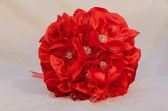 Bouquet de flores de tela, en rojos con cristales de distintos tamaños . Nos recuerda el disfrute, la alegría detalles mágicos que desean las novias y que intentamos plasmar en nuestras creaciones, para que puedan estar por siempre jamás a tú lado. algodondeluna@gma... o 606619349