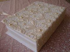 Caixa de cartonagem, toda forrada com tecido puro algodão, renda importada e meia pérolas em relevo.    Produto artesanal, podendo sofrer variações de um para o outro, porém mantendo suas qualidades.