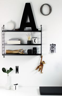 String Pocket in black at Black Monday - Finally, a long-cherished wish has come true: in my room hangs a black string pocket. Dream Furniture, Styling Shelves, Decor, Cool Kids Rooms, Home Accessories, Victorian Decor, Interior, Black Living Room, Home Decor