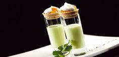 Für den Tzaziki-Shot Salatgurke schälen, klein schneiden und mit dem ungekühlten QimiQ Classic, Joghurt, dem Limonen-Olivenöl sowie etwas Salz fein mixen, durchs Haarsieb gießen und in Gläschen füllen. Tzatziki, Chili, Panna Cotta, Dips, Shots, Ethnic Recipes, Food, Spreads, Salt