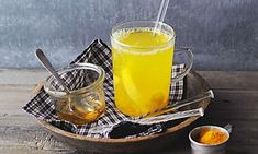 Kurkuma-Tee mit Ingwer und Zitrone
