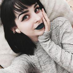 chica acostada con los labios negros