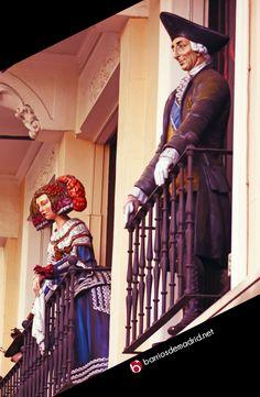 EL BALCÓN MÁS FAMOSO DE MADRID  Se encuentra en el Paseo del Prado y muestra personajes de época como las meninas o el rey Carlos III. Los turistas se quedan embobados al verlo. www.barriosdemadrid.net #Fotografía #Turismo #Madrid