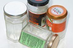 Har du også svært ved at få etiketter og det klæberige lim af gamle syltetøjsglas? Se den nemmeste løsning i videoen her.