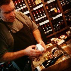 vino e ilusión en el blog de la Vinatería Yáñez: Ciriaco Yañez Preparando las cajas de obsequio par...