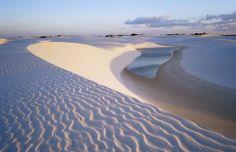 Las impresionantes dunas de plata del Parque Nacional de Lençóis Maranhenses alcanzan alturas de hasta 40 metros
