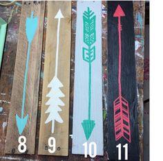 Flecha de madera reciclada con fecha por partyof9 en Etsy