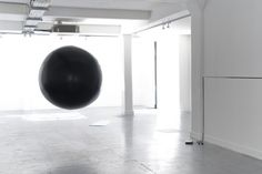 Edith Dekyndt Ground Control, 2008 Balloon inflated with helium air Courtesy of the artist.