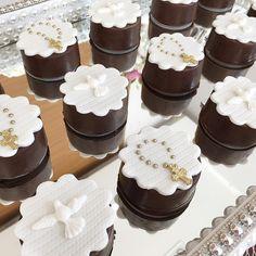 "Batizado da princesa Lara <span class=""emoji emoji1f64f""></span>!!! . Doce: Pão de Mel Decorado . #paodemel #doces #batizado ... Fondant Cakes, Cupcake Cakes, Communion Cups, Cute Cookies, 1st Boy Birthday, Chocolate Cheesecake, Piece Of Cakes, Mini Cakes, Cupcake Toppers"