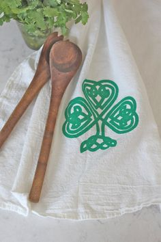 One Irish Shamrock Flour Sack Towel in Kelly Green  Whether you want to celebrate St. Patricks Day or embrace your Irish heritage all year long, this towel will make you want to listen to celtic music while drying your dishes. FIrst, I mixed the perfect blend of bright kelly green using eco-friendly, nontoxic, water-based inks. I hand printed this shamrock on a white, 100% cotton flour sack weave towel. Each towel is heat set to ensure the design lasts. Flour sack towels are soft and…