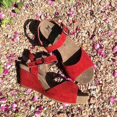 Mephiston kauniin klassiset punaiset sandaalit kiilakorolla. Näissä kengissä jalkasi lepäävät!