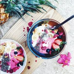 How yummy and colourful does this pair of smoothie bowls look by @tastefullytash on instagram
