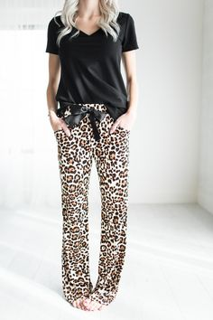Leopard Lounge Pants The cutest, comfiest, most necessary pants. Stylish Outfits, Cool Outfits, Fashion Outfits, Pijamas Women, Love Fashion, Womens Fashion, Weekend Wear, Dress To Impress, Autumn Winter Fashion