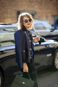 Leather jacket, moss-green bag and round sunglasses Street Chic, Street Style, Street Fashion, Intelligent Women, Fade Styles, Style Snaps, Vogue, Couture, Autumn Winter Fashion