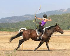 Arms are on point ! English Horseback Riding, Mounted Archery, Archery Tips, Trick Riding, Traditional Archery, Horse Pictures, Horse Love, Horse Riding, Beautiful Horses