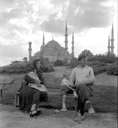 1950lerde Sultanahmet'te bir aile. Embedded image permalink