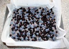 Makový koláč s tvarohom a čučoriedkami, Koláče, recept | Naničmama.sk Sprinkles, Food And Drink, Candy, Candy Bars, Sweets