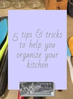 5 tips and tricks to help you organize your kitchen. Home Organization Hacks, Kitchen Cabinet Organization, Declutter, Organize, Kitchen Storage Solutions, Smart Kitchen, Tidy Up, Minimalist Kitchen, Simple Living