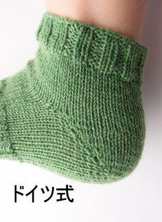 かかとの編み方3種類(W&T、日本式、ドイツ式)を編んで比較してみました。それぞれの特徴や難易度など。 – My Cup of Tea Fingerless Gloves, Arm Warmers, Needlework, Knit Crochet, Knitting, Opal, Fashion, Knit Socks, Fingerless Mitts