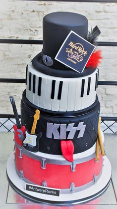 Patricia is a professional cake designer in Brussels. She created Patricia Creative Cakes to make people happy with her cake made for Hard Rock Café Antwerp. Music Themed Cakes, Music Cakes, Cowboy Birthday Cakes, Music Birthday Cakes, Festa Rock Roll, Rock And Roll Birthday, Dad Cake, Hard Rock, Cake Decorating Tips